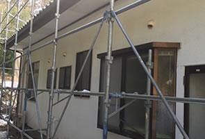 外壁塗装のための足場を組む様子