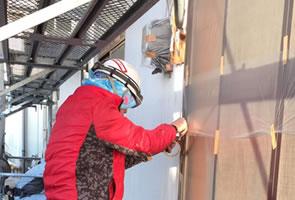 塗装前に外壁のクラックをチェックする様子